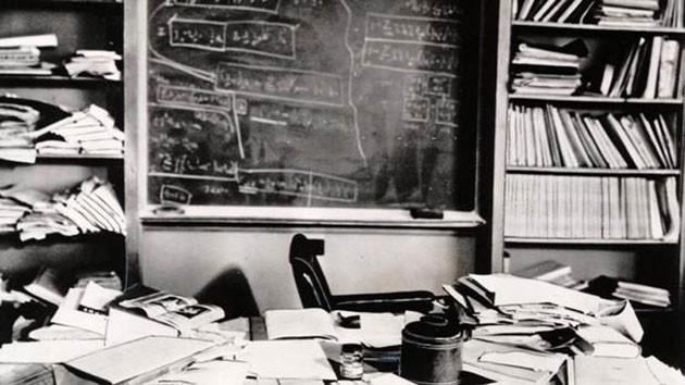 Einsteins-desk-hours-after-his-death